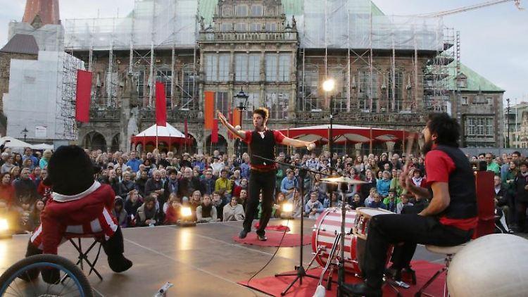 Ein italienische Künstlerduo tritt auf dem Marktplatz in Bremen beim Festival