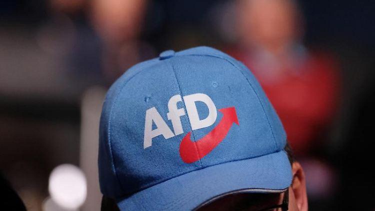 Ein Mann trägt eine AfD-Kappe. Foto: Sebastian Willnow/Archivbild
