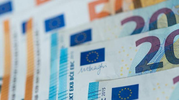 Banknoten liegen sortiert auf einem Tisch. Foto: Monika Skolimowska/Archivbild