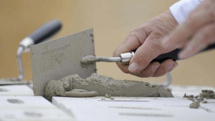Ein Maurer vermauert einen Stein. Foto: Dominique Leppin/Archivbild