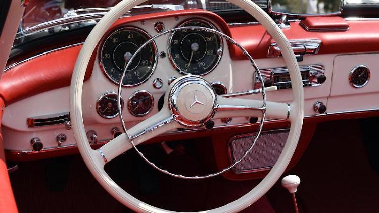 Das Cockpit eines Mercedes-Benz 190 SL. Foto: Horst Ossinger/Archivbild