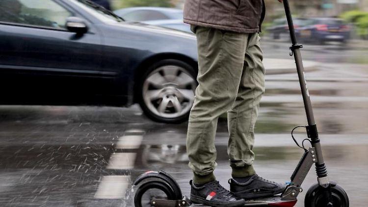 Person fährt mit einem E-Scooter auf der Straße. Foto: Christoph Soeder/Archivbild
