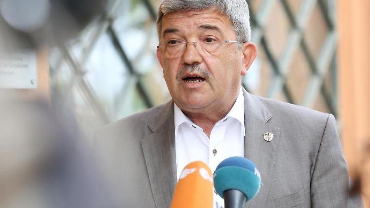 Lorenz Caffier (CDU), Innenminister von Mecklenburg-Vorpommern, gibt ein Pressestatement ab. Foto: Bodo Marks