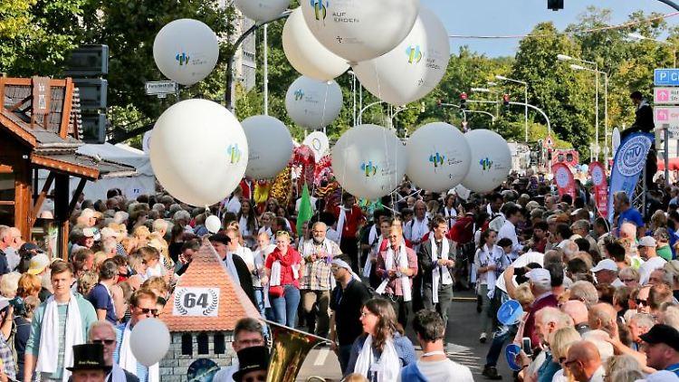 Menschen in Trachten nehmen beim Tag der Niedersachsen am Trachtenumzug teil. Foto: dpa/Archivbild