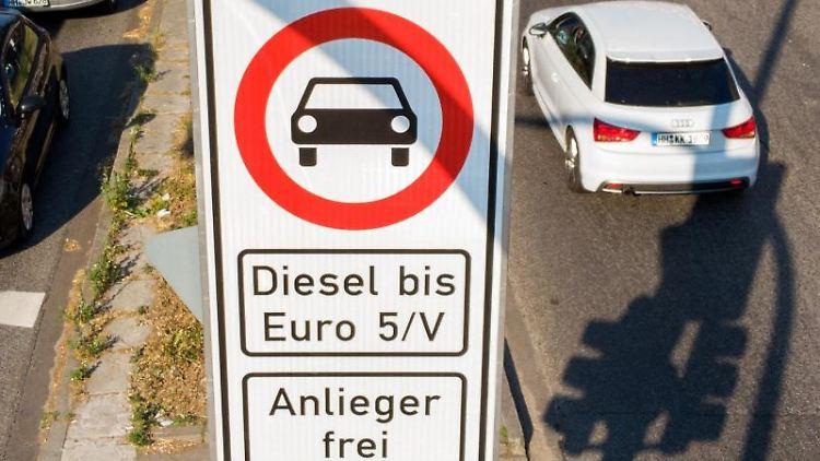 Ein Fahrverbotsschild für Fahrzeuge mit Diesel-Motor bis Euro5 steht an der Max-Brauer-Allee. Foto: Daniel Bockwoldt/Archiv