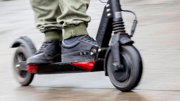 Die Zulassung von E-Scootern in Deutschland steht kurz bevor. Foto: Christoph Soeder/Archiv