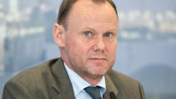 Andy Grote (SPD) spricht während einer Pressekonferenz. Foto: Daniel Reinhardt/Archivbild