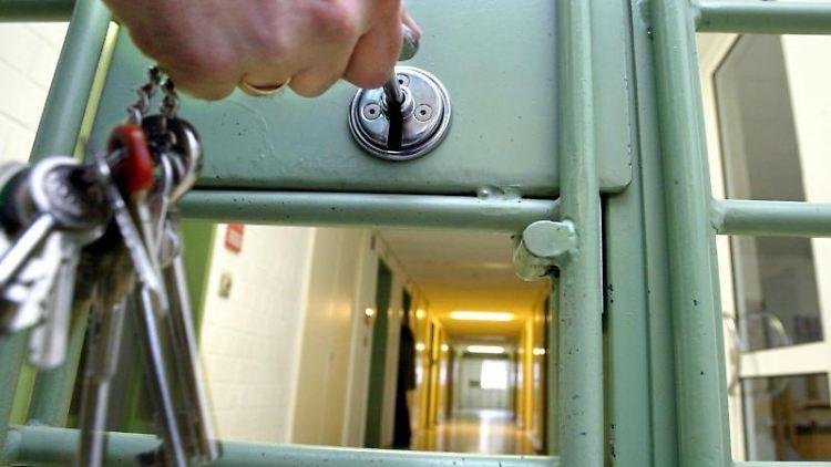 Eine Gefängnistür wird abgeschlossen. Foto: Marcus Führer/Archivbild