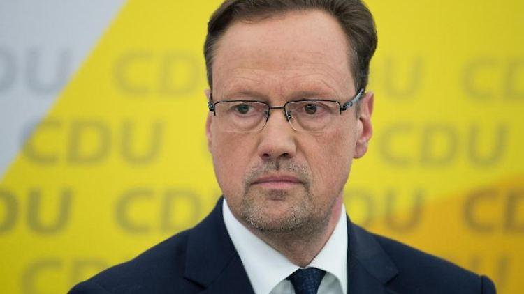 Dirk Toepffer (CDU) nimmt bei einer Pressekonferenz teil. Foto: Silas Stein/Archivbild