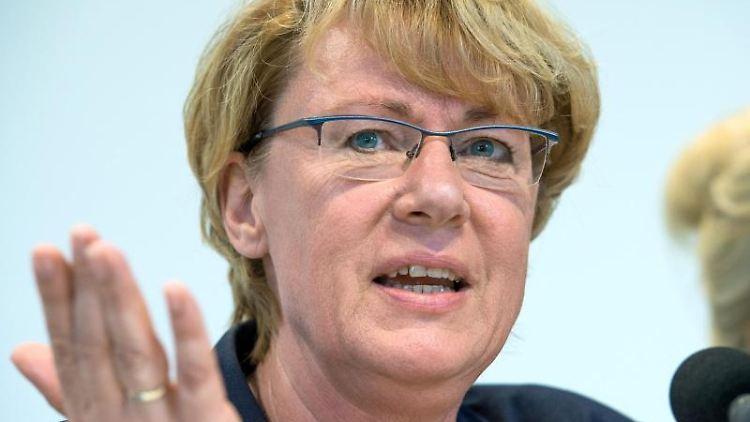 Barbara Otte-Kinast (CDU) spricht bei einer Pressekonferenz. Foto: Christophe Gateau/Archivbild