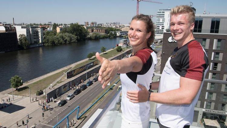 Die Kanuten Franziska John und Jacob Schopf stehen bei einer Pressekonferenz auf einer Terrasse an der Spree. Foto: Jörg Carstensen
