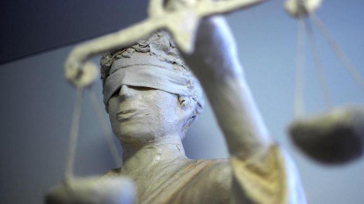 Die Statue Justizia ist zu sehen. Foto: Peter Steffen/Archivbild