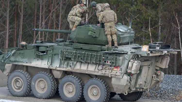 Soldaten der US-Armee stehen auf dem Truppenübungsplatz Grafenwöhr auf einem neuen Panzer. Foto: Armin Weigel/Archivbild