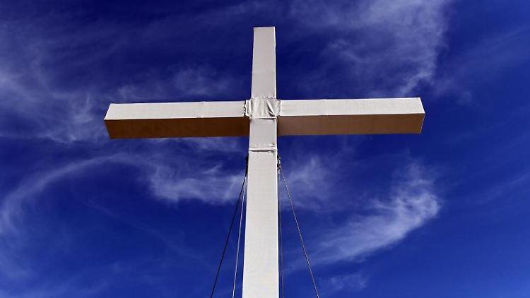 Ein großes Kreuz auf der Festwiese. Foto:Maurizio Gambarini/Archivbild