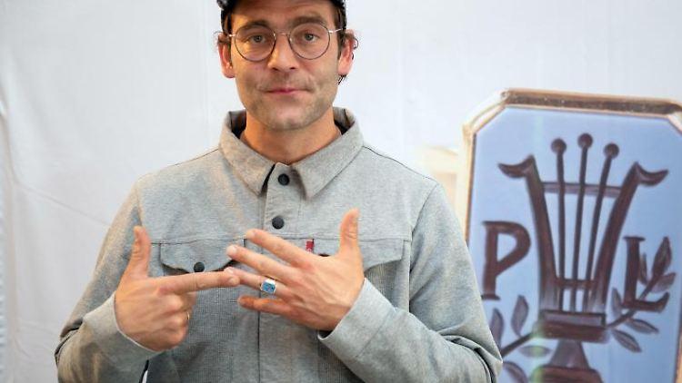 Sänger Axel Bosse zeigt vor der Verleihung des Paul Lincke-Ringes der Stadt Goslar den Paul-Lincke-Ring an seinem Finger. Foto:Swen Pförtner