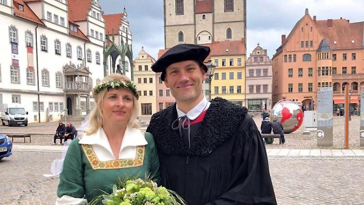 Ramona Weiss (l.) als Katharina von Bora und Marco Glaß als Martin Luther. Foto: Johannes Winkelmann/Lutherstadt Marketing