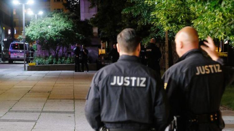 Justizbeamte stehen am Tatort der Messerattacke vom 26.08.2018. Foto: Sebastian Willnow/Archivbild