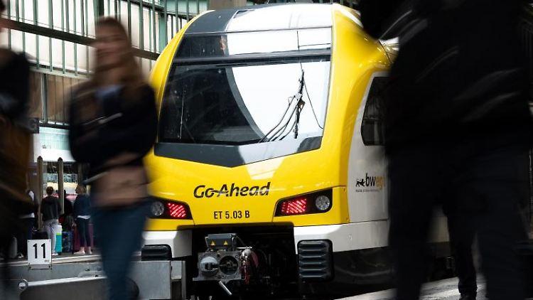 Ein Zug des Typs FLIRT des Zugbetreibers Go-Ahead steht am Stuttgarter Hauptbahnhof. Foto: Fabian Sommer/Archivbild