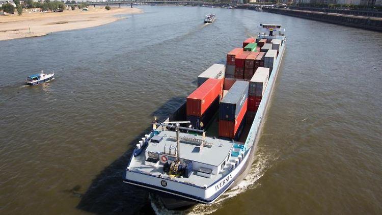 Ein mit Containern beladenes Schiff befährt den Rhein bei Düsseldorf. Foto:Martin Gerten/Archivbild