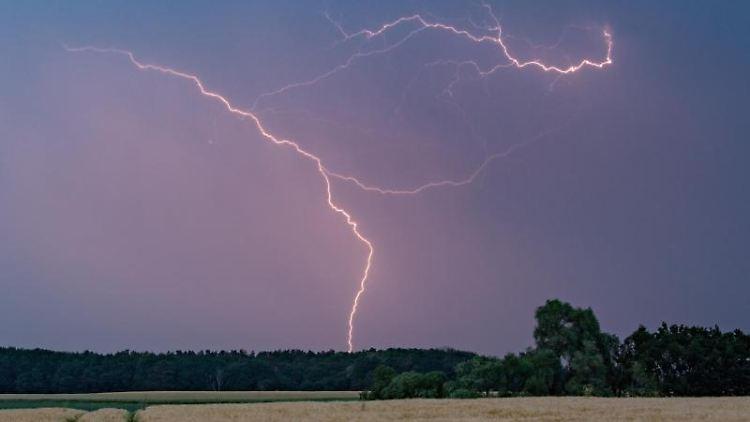 Blitze eines Gewitters erhellen den Abendhimmel über der Landschaft im Landkreis Märkisch-Oderland. Foto: Patrick Pleul