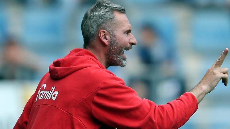 VfB Stuttgart Trainer Tim Walter gibt Anweisungen. Foto: Friso Gentsch/Archivbild