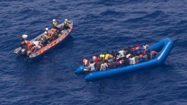 Aktivisten der deutschen Hilfsorganisation Sea-Watch retten Migranten vor der libyschen Küste. Foto: Sea Watch