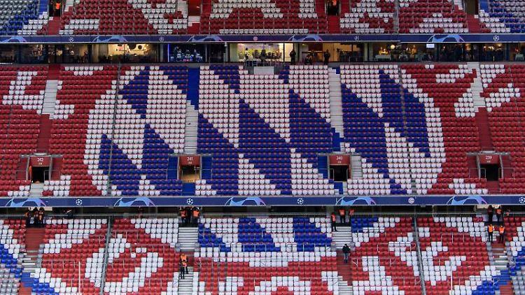 Das Logo des FC Bayern München auf Stühlen der Allianz Arena. Foto: Matthias Balk/Archivbild