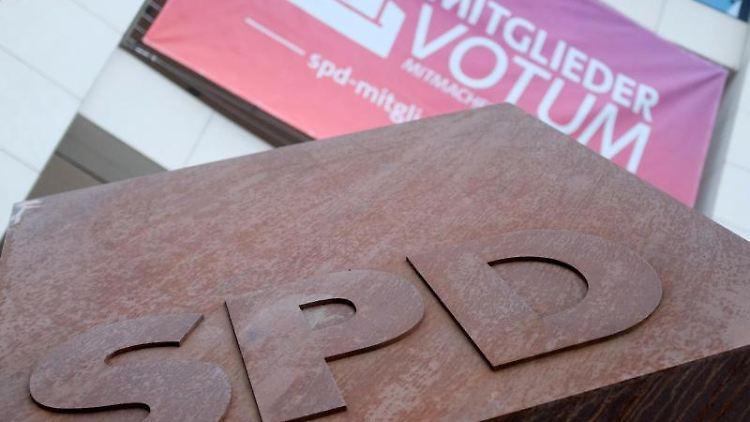 Am Willy-Brandt-Haus hängt ein Werbeplakat für das Mitgliedervotum der SPD. Foto:Kay Nietfeld/Archivbild