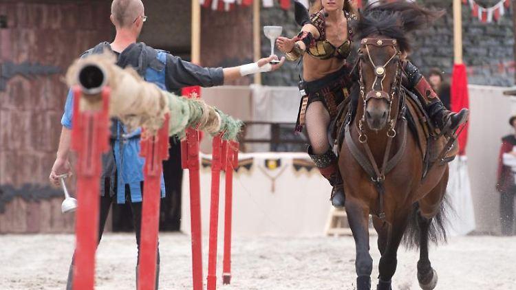 Eine Frau reitet während eines Ritterturniers in Horb am Neckar auf einem Pferd. Foto: Sebastian Kahnert/Archivbild