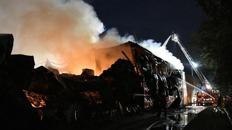 Die Feuerwehr löscht eine brennende Lagerhalle in Teltow-Fläming. Foto: Julian Stähle