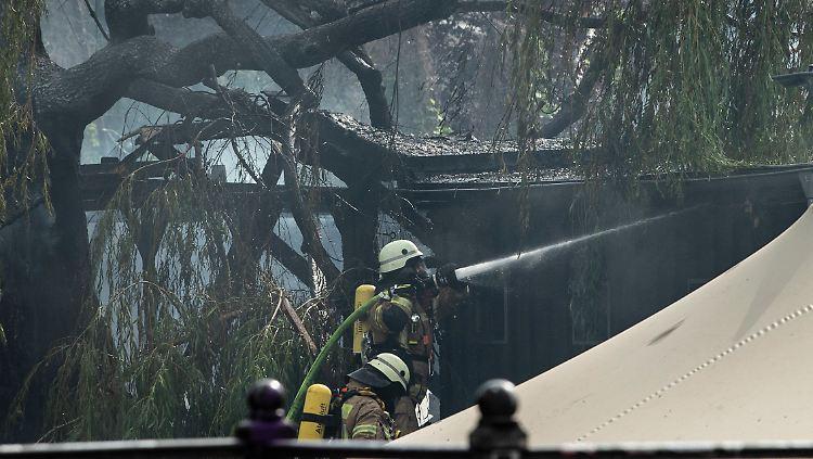Feuerwehrleute löschen den Brand in dem Club am Flutgraben