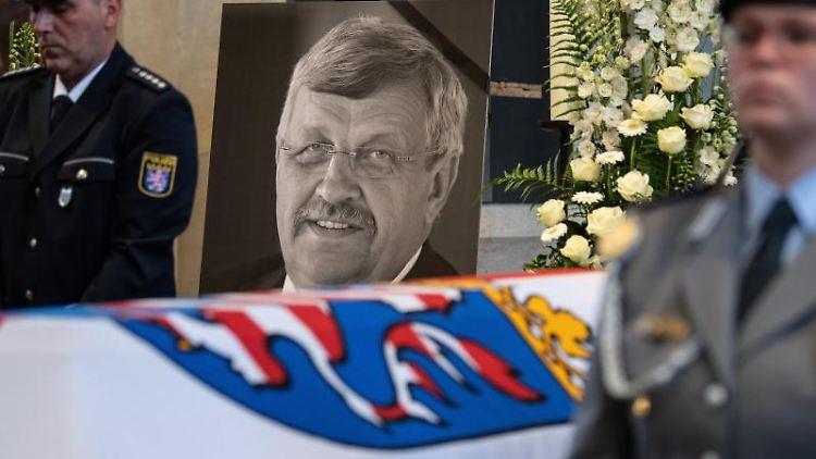 Das Konterfei des Verstorbenen ist hinter einem Bundeswehrsoldaten am Sarg beim Trauergottesdienst zu sehen. Foto: Swen Pförtner/Archivbild