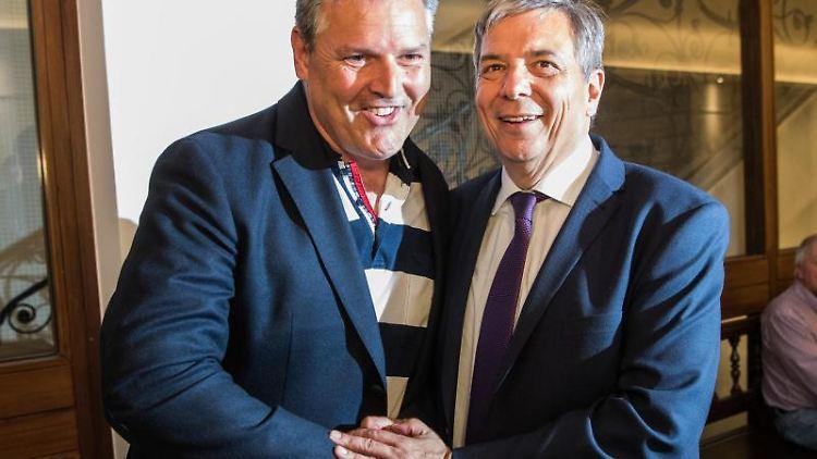 Eberhard Seidensticker (l., CDU) und Gert-Uwe Mende (SPD), stehen für ein Foto zusammen. Foto: Andreas Arnold/Archivbild
