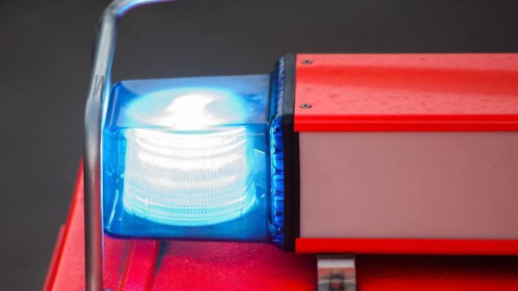 Ein Löschfahrzeug mit eingeschaltetem Blaulicht ist zu sehen. Foto: Daniel Bockwoldt/Archivbild