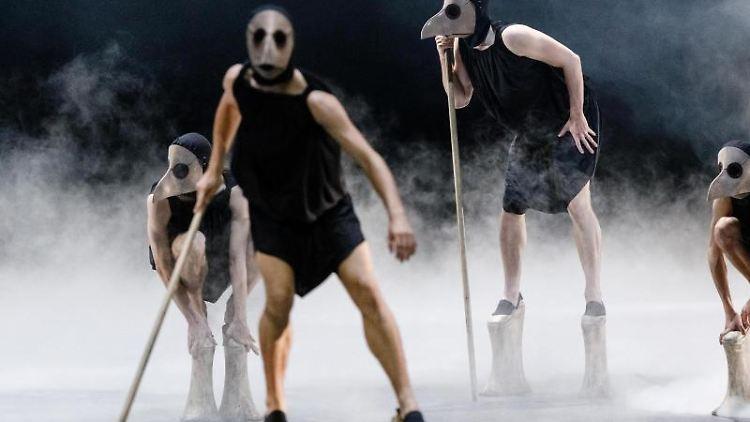 Ensemblemitglieder tanzen auf der Fotoprobe von