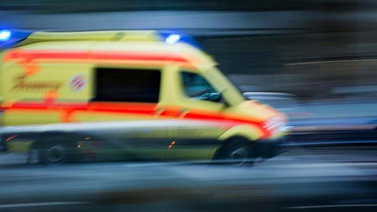 Ein Krankenwagen im Einsatz. Foto: Arno Burgi/Archivbild