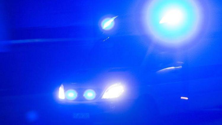 Ein Rettungswagen fährt mit Blaulicht durch die Nacht. Foto: Patrick Seeger/Archivbild