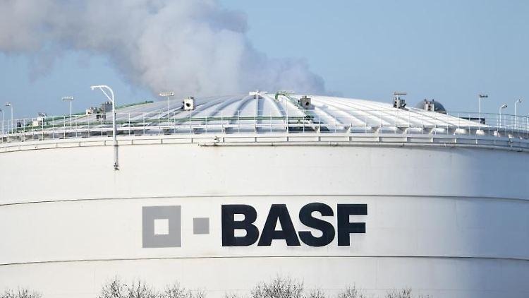 Ein Logo des Chemiekonzerns BASF ist auf einer Industrieanlage auf dem Werksgelände angebracht. Foto: Uwe Anspach/Archivbild