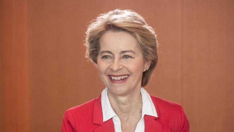 Verteidigungsministerin Ursula von der Leyen (CDU), kommt zur Sitzung des Bundeskabinetts im Kanzleramt. Foto: Michael Kappeler/Archivbild