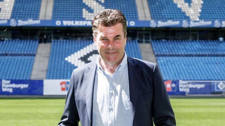 Dieter Hecking, Trainer des Fussballbundesliga Zweitligisten HSV, steht auf dem Rasen des Volksparkstadions. Foto: Markus Scholz/Archivbild