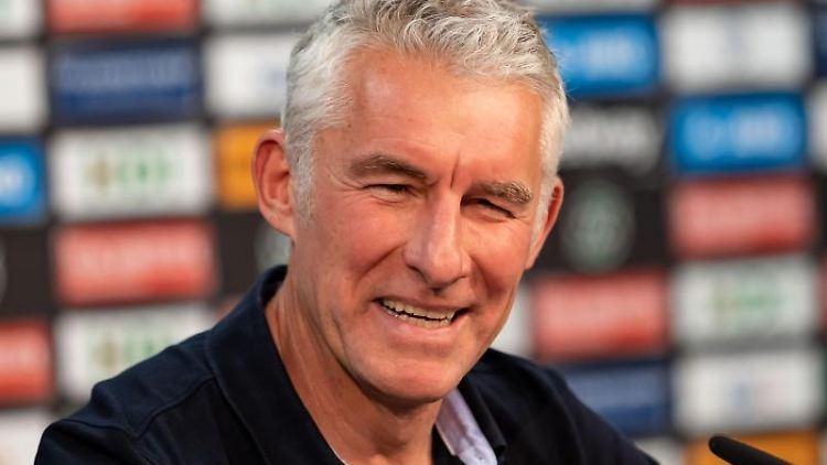 Der neue Hannover 96 Trainer Mirko Slomka spricht während einer Pressekonferenz in der HDI-Arena zu Journalisten. Foto: Peter Steffen/Archiv