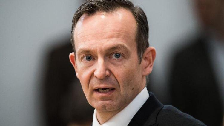 Volker Wissing (FDP), Verkehrsminister von Rheinland-Pfalz, spricht im Landtag. Foto: Andreas Arnold/Archivbild
