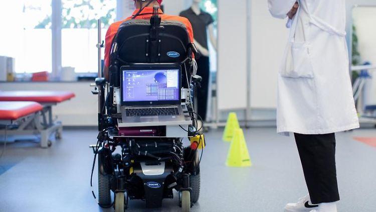 Sarshar Manoucheher, ein querschnittsgelähmter Patient, fährt mit seinen Rollstuhl durch einen Parcours. Foto: Rolf Vennenbernd