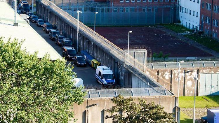 Polizeifahrzeuge stehen in der Justizvollzugsanstalt. Foto: Daniel Bockwoldt