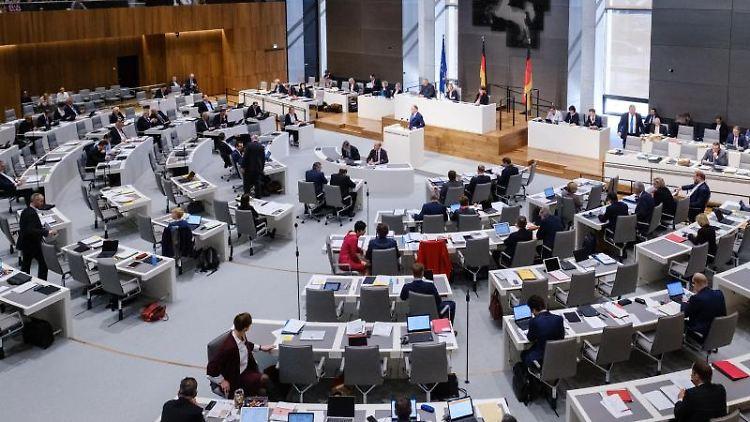 Stephan Weil (SPD), Ministerpräsident von Niedersachsen, spricht während der Landtagssitzung. Foto: Ole Spata/Archiv