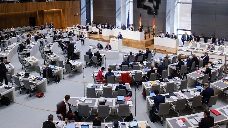 Stephan Weil (SPD), Ministerpräsident von Niedersachsen, spricht während einer Landtagssitzung. Foto: Ole Spata/Archivbild