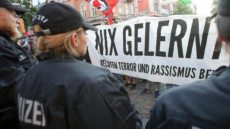 Polizisten stehen vor einem Demonstrationszug gegen rechte Gewalt in Hamburg. Bodo Marks Foto: Bodo Marks
