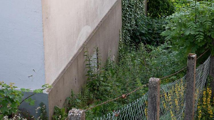 Blick auf den Fundort eines neugeborenen Mädchens in einem Garten in Kierspe. Foto: Markus Klümper