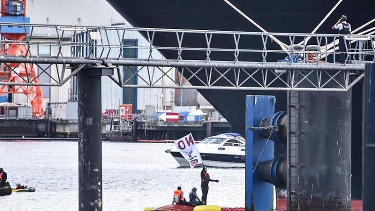 Aktivisten blockieren am Pfingstsonntag das Kreuzfahrtschiff