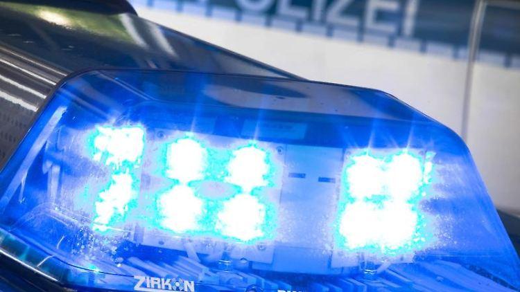 Ein Blaulicht leuchtet auf dem Dach eines Polizeiwagens. Foto: F. Gentsch/Archiv